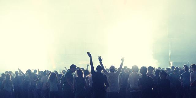 crowd-2361583_640